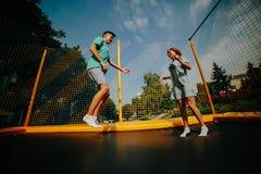 Pary doskakiwanie na trampoline w parku Obrazy Royalty Free