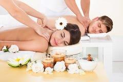 Pary dostawania masaż przy zdrojem Fotografia Royalty Free