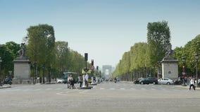 PARYŻ, FRANCE-APRIL 24, 2015: Czempiony - Elysees De Triomphe i Łuk zbiory wideo