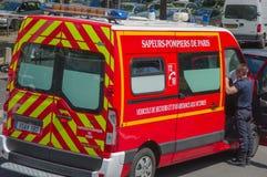 PARYŻ FRANCJA, CZERWIEC, - 1: Pożarniczy samochód na ulicie Paryski śródmieście Zdjęcie Stock