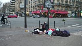 PARYŻ FRANCJA, GRUDZIEŃ, -, 31, 2016 Agresywny imigrujący obsiadanie przeciw drogiej miasto kawiarni Zdjęcia Stock
