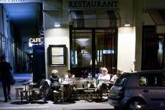 PARYŻ, FRANCJA, KWIECIEŃ 23, 2016, ludzie ma kawę Fotografia Stock