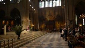 Pary? Francja, Kwiecie?, - 5, 2019: Wn?trze notre dame de paris Katedra Notre Damae jest jeden wierzcho?ek zbiory wideo