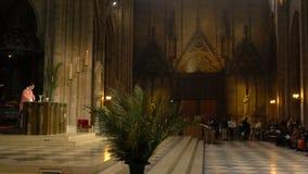 Pary? Francja, Kwiecie?, - 5, 2019: Wn?trze notre dame de paris Katedra Notre Damae jest jeden wierzcho?ek zdjęcie wideo