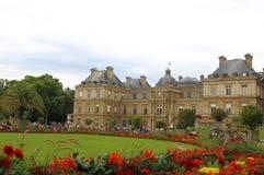 PARYŻ FRANCJA, Lipiec, -, 2017: Luksemburg ogród w Pari i pałac zdjęcia stock