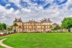 PARYŻ FRANCJA, LIPIEC, - 08, 2016: Luksemburg park w Pa i pałac Obrazy Royalty Free