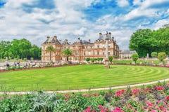 PARYŻ FRANCJA, LIPIEC, - 08, 2016: Luksemburg park w Pa i pałac Zdjęcia Royalty Free