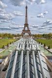 PARYŻ FRANCJA, MAJ, - 2, 2016: Wycieczki turysycznej Eiffel grodzki symbol na pogodnym da Zdjęcia Stock
