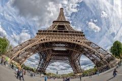 PARYŻ FRANCJA, MAJ, - 2, 2016: Wycieczki turysycznej Eiffel grodzki symbol na słonecznym dniu Zdjęcie Stock