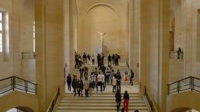 Pary? Francja, Marzec, - 31, 2019: Ludzie na schodka spojrzeniu przy Oskrzydlonym zwyci?stwem Samothrace zdjęcie wideo