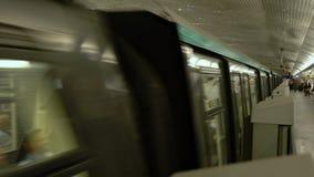 Pary? Francja, Marzec, - 31, 2019: metro przyjazd przy Charles De Gaulle stacj? zdjęcie wideo