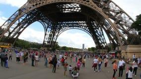 PARYŻ, FRANCJA -, SIERPIEŃ 2015: ludzie wokoło wieża eifla widoku zbiory wideo