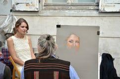 PARYŻ, FRANCJA, Wrzesień/- 24, 2011: Artysta farba portret młoda kobieta w Montmartre Zdjęcie Stock