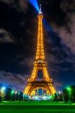 PARYŻ, GRUDZIEŃ - 05: Zaświecać wieżę eifla na Grudniu 05, 2 Zdjęcia Royalty Free