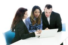 Pary i biznesowej kobiety spojrzenie przy laptopu obsiadaniem przy stołem fotografia stock