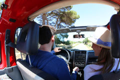 Pary jeżdżenie w kabrioletu samochodzie Fotografia Stock