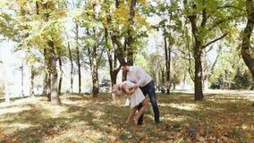 Pary jesieni dancingowy park zbiory wideo