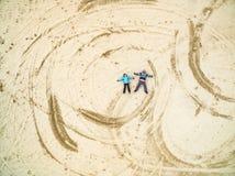 Pary kłamstwo na piaskowatej ziemi obraz stock