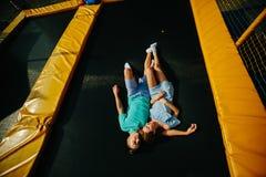 Pary kłamstwo na trampoline w parku Obraz Stock