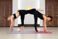 Pary kobieta w gym robi joga rozci?ga ?wiczenia Napadu i wellness styl ?ycia obraz stock