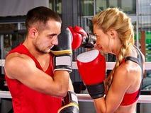 Pary kobiety i mężczyzna boks w pierścionku zdjęcie stock
