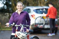Pary kolarstwo Bierze rowery górskich Od stojaka Na samochodzie obrazy royalty free