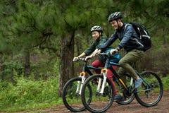 Pary kolarstwo przez lasu zdjęcia royalty free