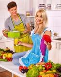 Pary kucharstwo przy kuchnią zdjęcie stock