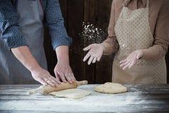 Pary kulinarny ciasto na drewnianym tle obrazy royalty free