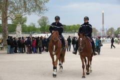 PARYŻ, KWIECIEŃ - 27: Francuska milicyjna kontrola uliczny Tuileries gar Fotografia Royalty Free