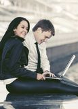 pary laptopu pracujący potomstwa obrazy royalty free