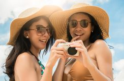 Pary lesbian jest spojrzeń fotografiami w kamerze przed dzielić w online społeczności Zdjęcia Stock