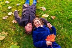 Pary lying on the beach na trawie i śmiać się zdjęcie stock