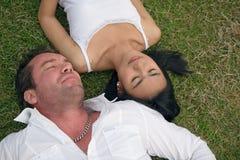 pary lying on the beach sen obraz stock