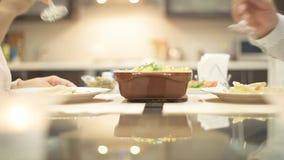 Pary małżeńskiej łasowania kolacja w romantycznej atmosferze zdjęcie wideo