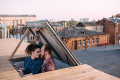 pary miłość Romantyczna data na dachu fotografia stock