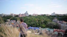 Pary mienia chodzące ręki na miasta tle zbiory wideo