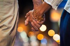Pary mienia ręka przy nocą zdjęcie royalty free