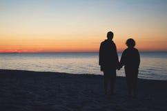 Pary mienia ręki Na plaży Przy zmierzchem Zdjęcia Royalty Free