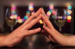 Pary mienia ręki podczas romantycznego gościa restauracji Zdjęcia Royalty Free