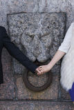 Pary mienia ręki przeciw tłu granitowy lew Zdjęcie Stock