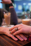 Pary mienia ręki przy kawiarnią Obraz Royalty Free