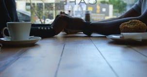 Pary mienia ręki w kawiarni 4k zbiory