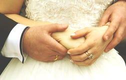 PARY mienia ręki Z obrączkami ślubnymi Obrazy Royalty Free
