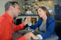 Pary mienia ręki w restauraci Obraz Stock