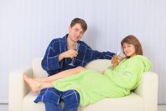 pary napojów kanapy lśnienia wina potomstwa Zdjęcia Royalty Free