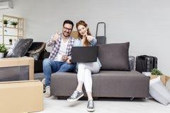 Pary obsiadanie na kanapie w mieszkaniu zdjęcia royalty free