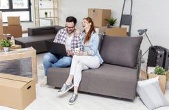 Pary obsiadanie na kanapie w mieszkaniu obraz royalty free