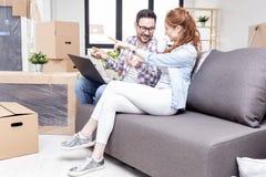 Pary obsiadanie na kanapie w mieszkaniu zdjęcie stock