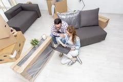 Pary obsiadanie na kanapie w mieszkaniu zdjęcie royalty free